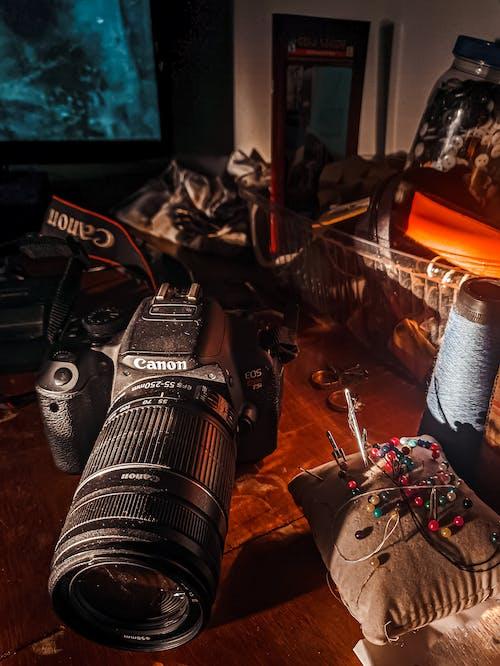 Gratis stockfoto met dslr-camera, gouden uur, oude camera, pijlen
