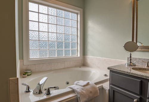 白いセラミックの浴槽の近くの白いセラミックの浴槽