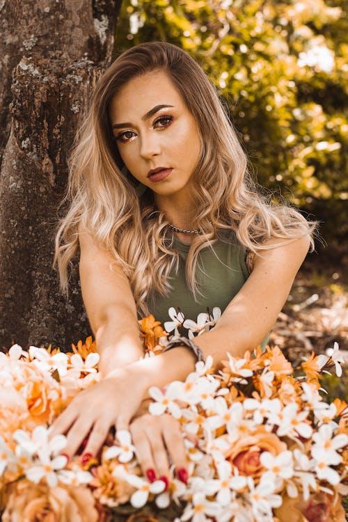 Gratis arkivbilde med ansiktsuttrykk, blomster, blomsterblad, blond