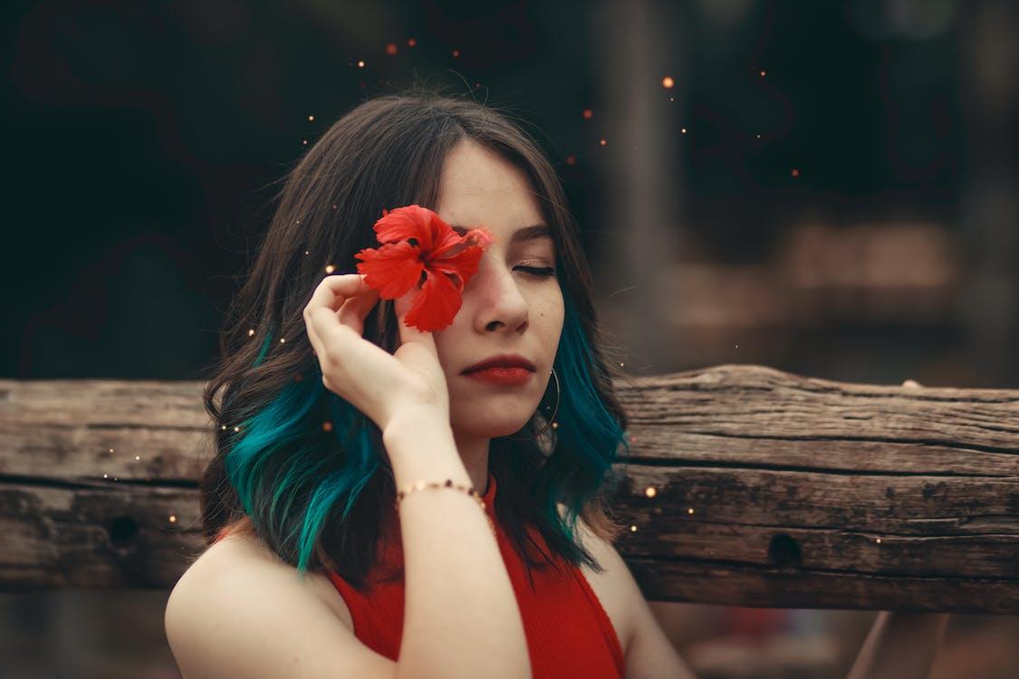 Základová fotografie zdarma na téma červená kytka, dřevo, držení