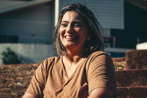 Uśmiechnięta Kobieta Siedzi Na Zewnątrz Brązowy Schody