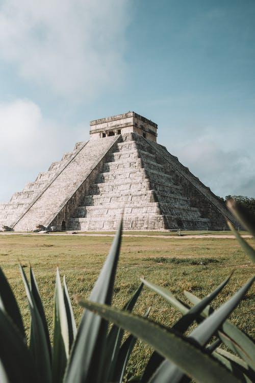 Pirámide Gris En El Campo De Hierba Durante El Día