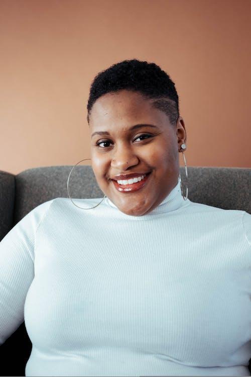 Бесплатное стоковое фото с афро-американец, в помещении, Взрослый, выражение лица