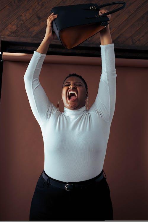 Základová fotografie zdarma na téma afroameričanka, dospělý, hněv, krátké vlasy