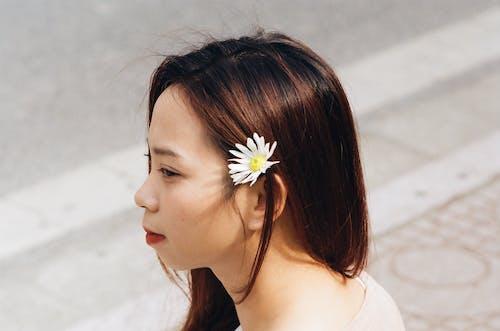 Femme, à, Fleur Blanche