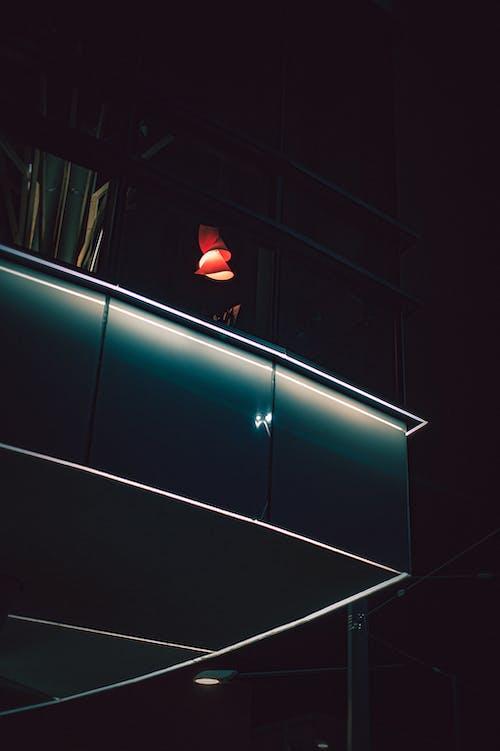 Зажженная лампа внутри здания