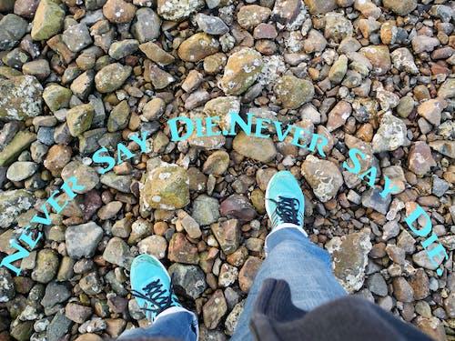 Foto profissional grátis de azul, calça jeans, calçado, dizer