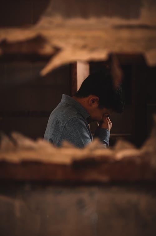 Gratis lagerfoto af ensom, gråd, indendørs, koncentration