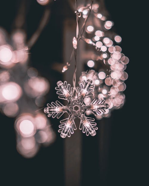 Darmowe zdjęcie z galerii z bokeh, dekoracja świąteczna, głębia pola, lampki świąteczne