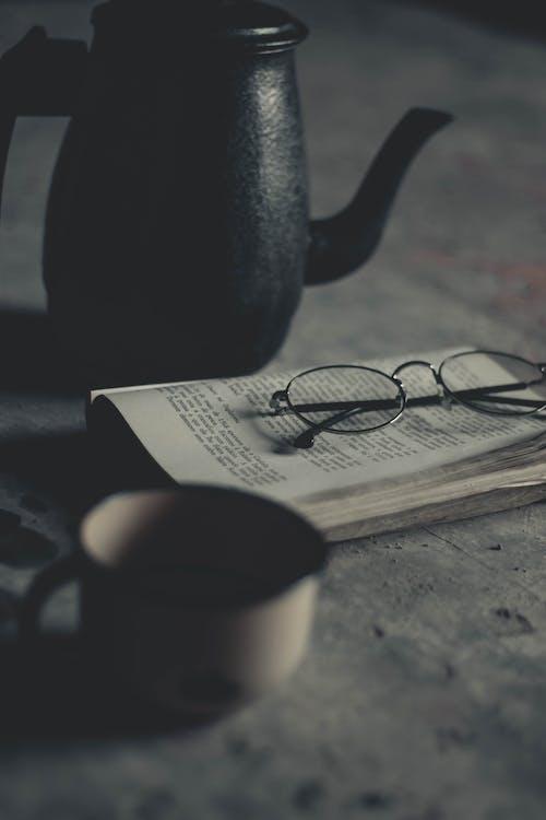 črepník, detailný záber, dioptrické okuliare