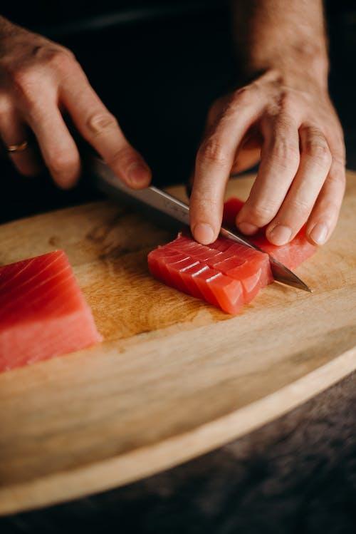 Foto d'estoc gratuïta de apetitós, carn de tonyina, cuinant, fent llesques
