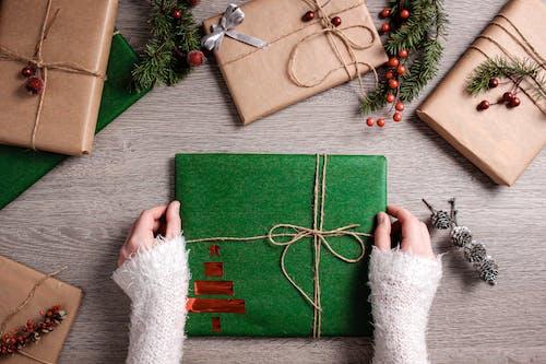 Kostenloses Stock Foto zu feier, flatlay, geschenke, hände