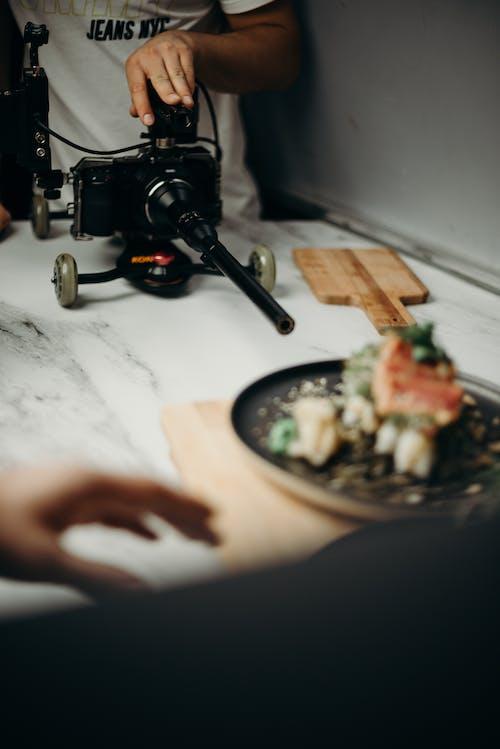 Fotobanka sbezplatnými fotkami na tému akcia, ázijská kuchyňa, dospelý, fotoaparát