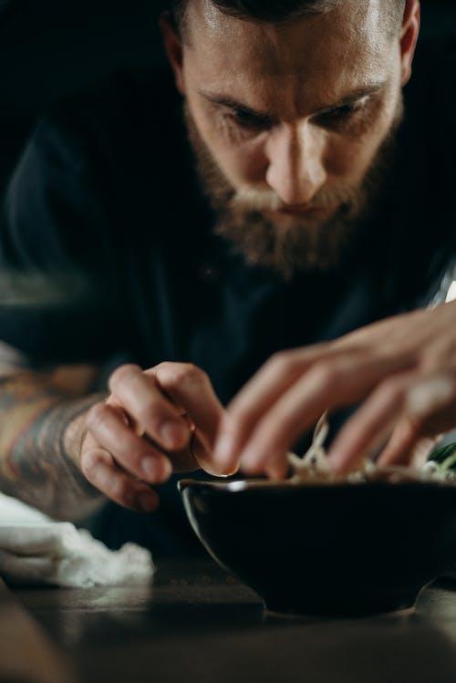 Mann, Der Essen Zubereitet
