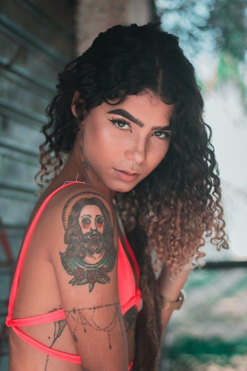人, 刺青, 咖啡色頭髮的女人, 女人 的 免费素材照片