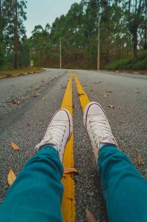 Gratis lagerfoto af fødder, fodtøj, hakket, sko