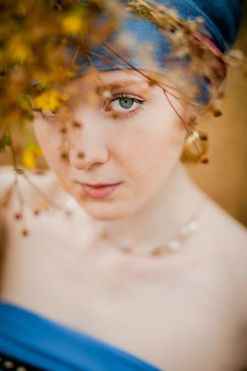 Foto d'estoc gratuïta de buscant, cara, desenfocament, dona