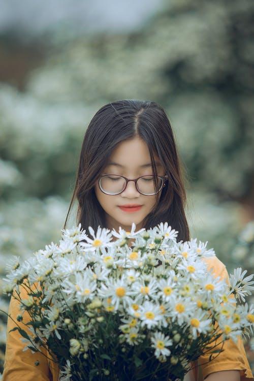 Aşk, Asyalı kadın, asyalı kız, beyaz papatyalar içeren Ücretsiz stok fotoğraf