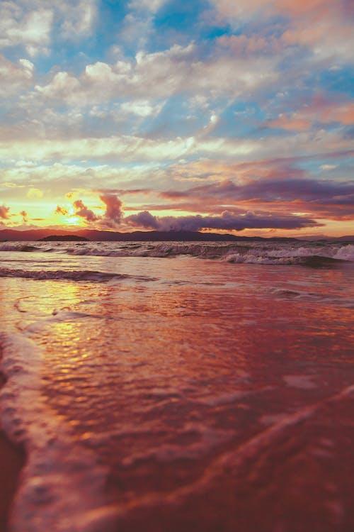 Foto profissional grátis de alvorecer, beira-mar, cair da noite, costa