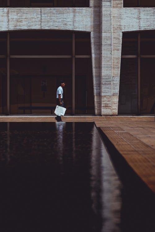 Gratis lagerfoto af bygning, mand, person, stå