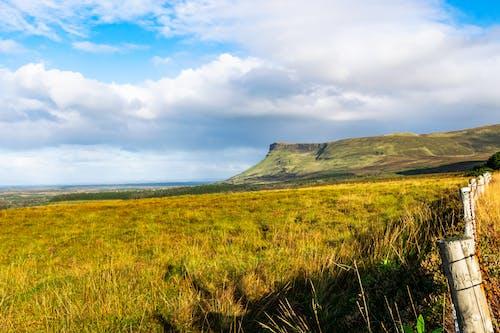 Kostenloses Stock Foto zu bauernhof-feld, blaue himmel, bunt, flacher berg