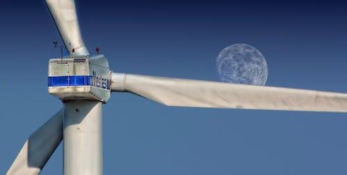 Бесплатное стоковое фото с вертушка, ветровая турбина, возобновляемый источник энергии, луна