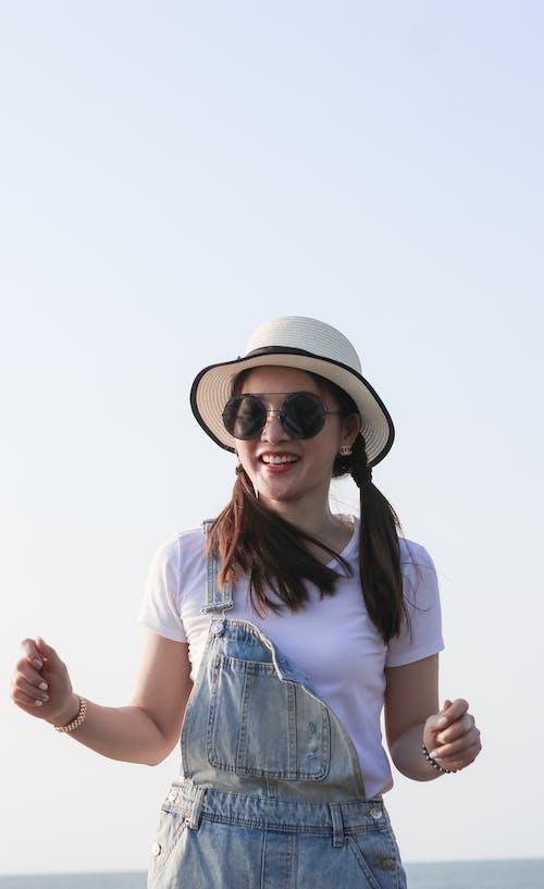 Безкоштовне стокове фото на тему «біла сорочка, вираз обличчя, відпочинок, дозвілля»
