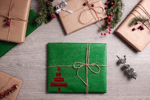 Foto d'estoc gratuïta de Adorns de Nadal, arc, arcs, caixes