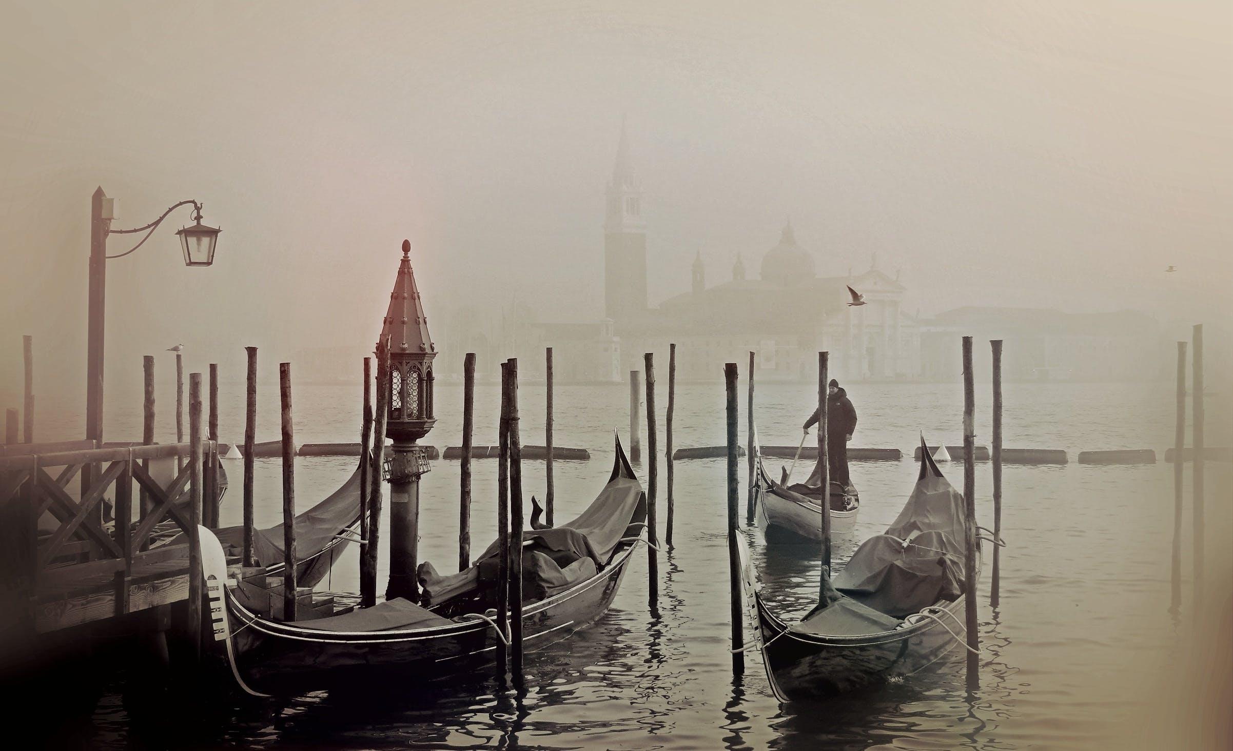 Kostenloses Stock Foto zu boote, gondeln, italien, nebel