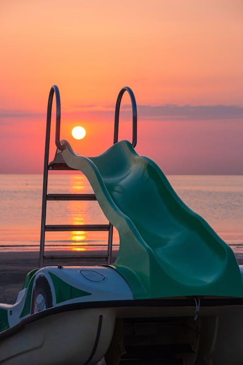 Immagine gratuita di alba, cielo al tramonto, pedalò, rimini