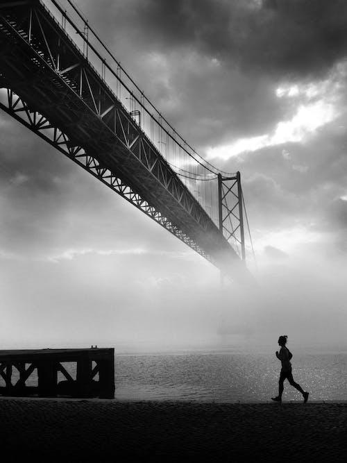 Безкоштовне стокове фото на тему «біг, відпочинок, відтінки сірого»