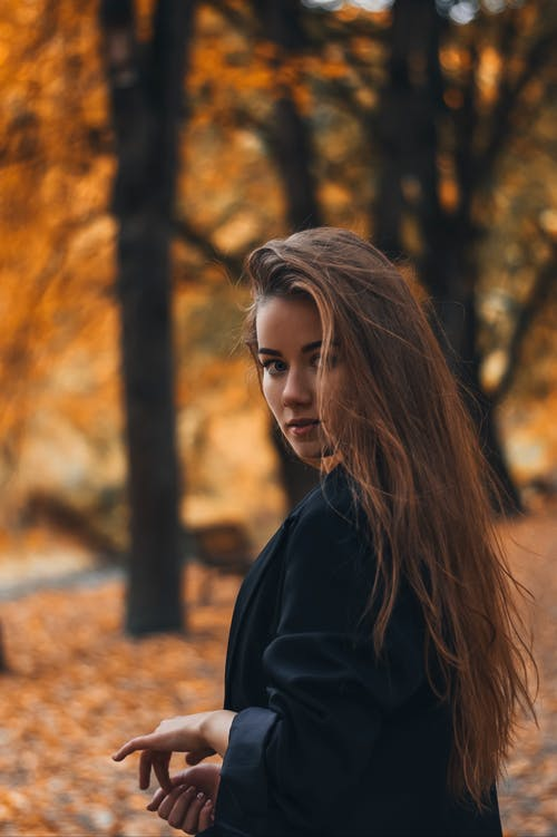 Foto d'estoc gratuïta de abric negre, bellesa, buscant, cabells llargs