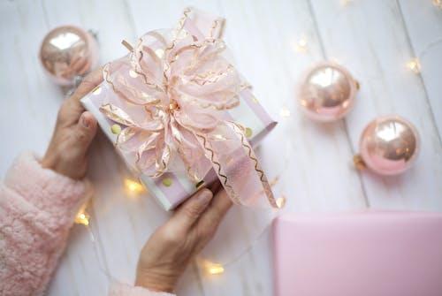 흰색과 분홍색 상자