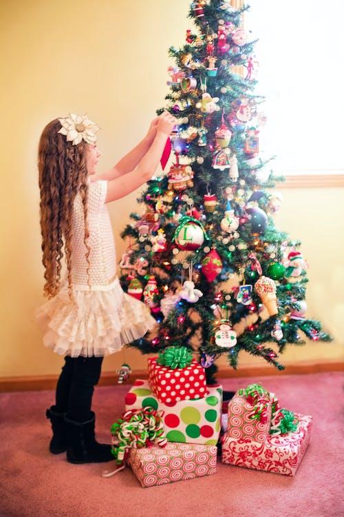 Gratis lagerfoto af barn, gaver, jul, ornamenter