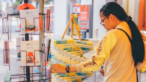 Gratis stockfoto met aankopen, boeken, bomen, boodschappen doen