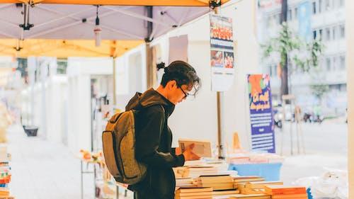 Gratis stockfoto met aanbieding, backpack, boeken, boodschappen doen