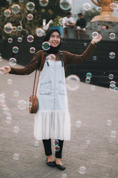Kostenloses Stock Foto zu hijab, indonesier, schönes mädchen, wasserblasen