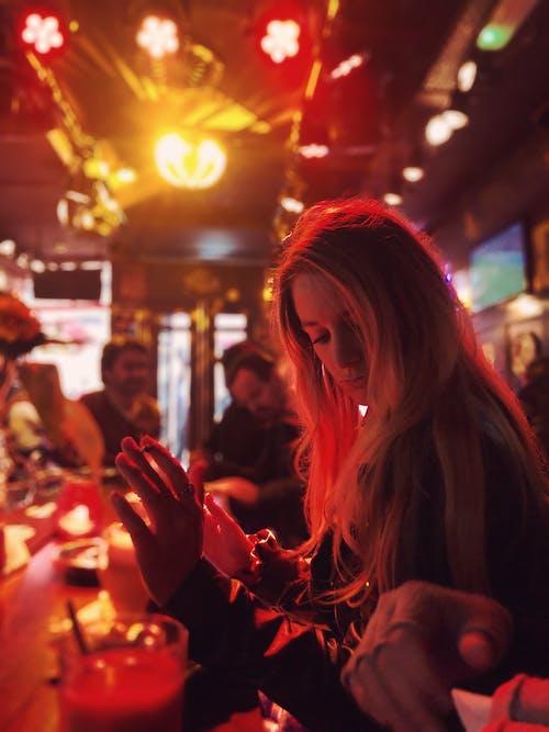 คลังภาพถ่ายฟรี ของ vibes บาร์, ความงามสีแดง, สาวสูบบุหรี่, หญิงสาวในบาร์