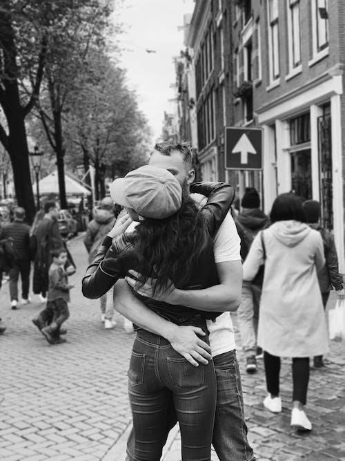 คลังภาพถ่ายฟรี ของ กอดคู่, ความรัก, คู่ในถนน, ผู้ชายกำลังถือผู้หญิง