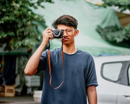 Бесплатное стоковое фото с азиат, Азиатский парень, гаджет, держать