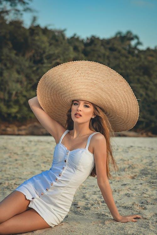 bakmak, Beyaz elbise, boş zaman, dinlenme içeren Ücretsiz stok fotoğraf