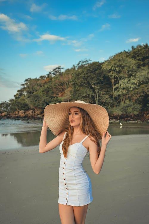 ayakta, başka yere bakmak, Beyaz elbise, boş zaman içeren Ücretsiz stok fotoğraf