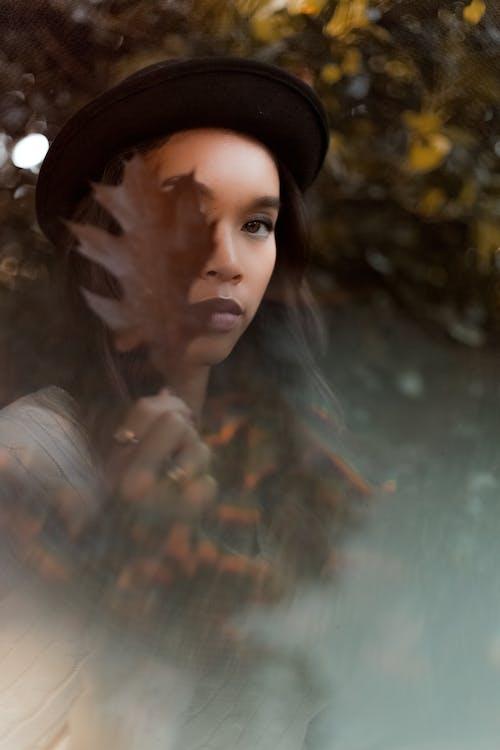 Foto d'estoc gratuïta de barret negre, borrós, buscant, cobert