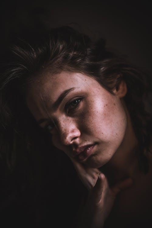 Foto profissional grátis de cara, expressão facial, fêmea, grave