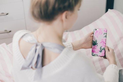 アダルト, インドア, くつろぎ, スマートフォンの無料の写真素材