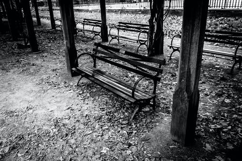 Foto stok gratis bangku, hitam & putih, terali