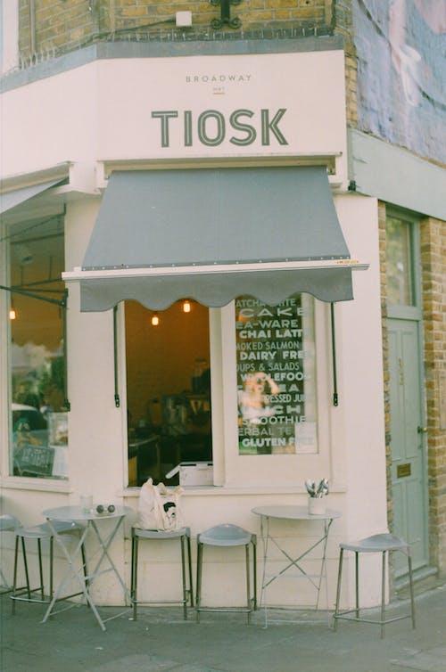 35 mm, 35mm film, analog fotoğrafçılık, cadde kafe içeren Ücretsiz stok fotoğraf