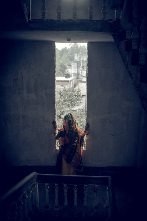 Foto Der Frau, Die Durch Fenster Schleicht