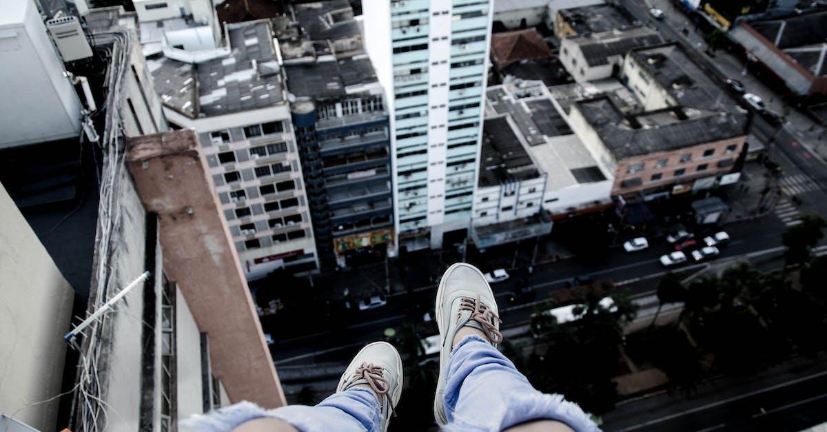 картинка ноги на краю крыши