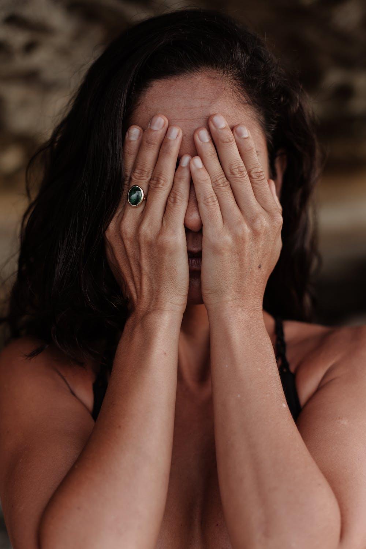Frau, die ihr Gesicht bedeckt | Quelle: Pexels